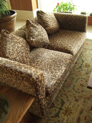 Sofa mit Leopardenmuster